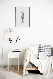壁に掛かっている手描きのタツノオトシゴの写真