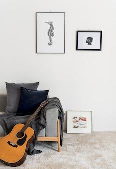 手が壁に掛かっているタツノオトシゴ写真を描画