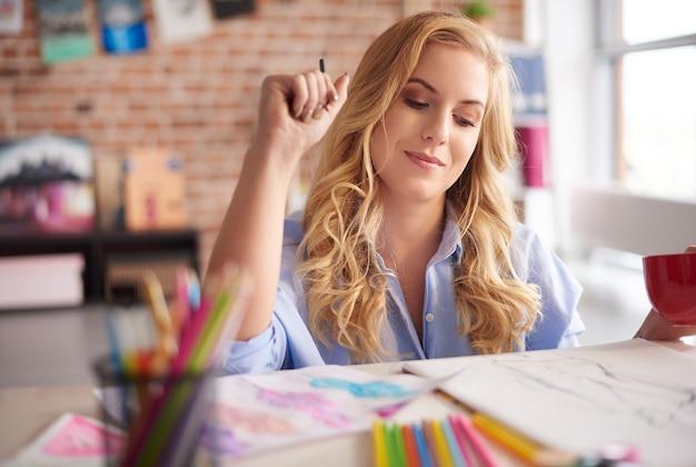 コーヒーブレイクを持っている手描きの女性