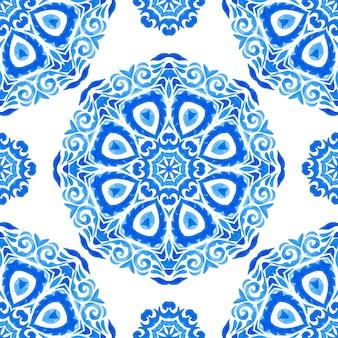 手描きのシームレスな青い水彩パターンオリエンタル曼荼羅アート。トルコの装飾品。モロッコのモザイク。スペインの磁器のフォークプリント。装飾用のシームレスな壁紙。