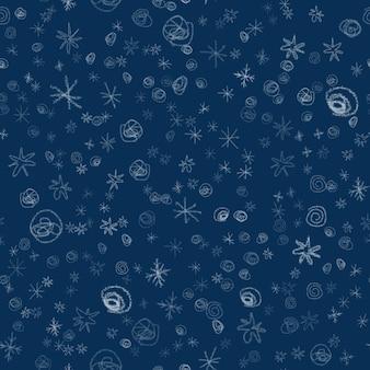 Ручной обращается снежинки рождество бесшовные модели. тонкие летящие хлопья снега на фоне снежинок мела. потрясающий снежный покров, нарисованный от руки мелом. несмываемое украшение праздничного сезона.