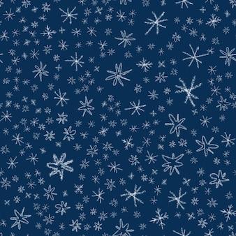 Ручной обращается снежинки рождество бесшовные модели. тонкие летающие хлопья снега на фоне снежинок мела. потрясающий снежный покров, нарисованный от руки мелом. приятное украшение праздничного сезона.