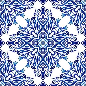 手描きの水彩画の青と白のタイルのシームレスな装飾用の絵画パターン。招待状の生地や壁紙、背景テンプレート、ページの塗りつぶしのためのエレガントで豪華なテクスチャ。アズレージョタイルモチーフ