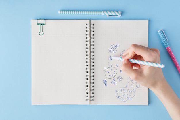 手は、ノートに落書きを描画します。箇条書きの空白のメモ帳ページ