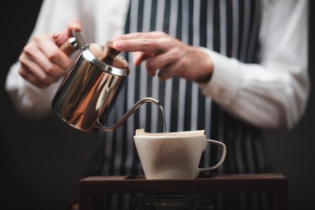 핸드 드립 커피 필터, 필터가있는 볶은 커피 그라운드에 뜨거운 물을 붓는 바리 스타