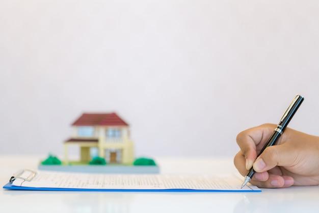 Рука, заполняющая документ крупным планом,