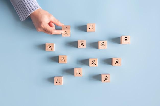 아이콘 화살표와 함께 손 뒤집기 큐브는 경력과 인간의 상징에서 성공으로 이동합니다.