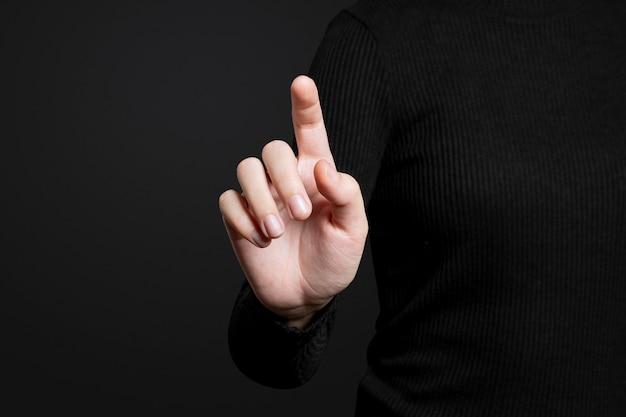 Gesto della mano che punta su uno schermo invisibile