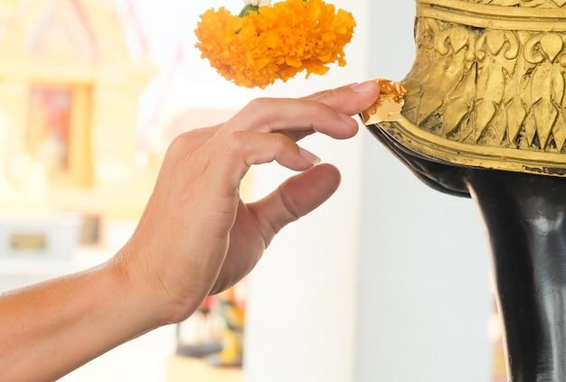 부처님 동상에 손 금 도금 금박