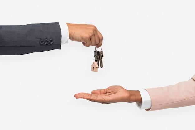 Mano che dà chiave agente immobiliare