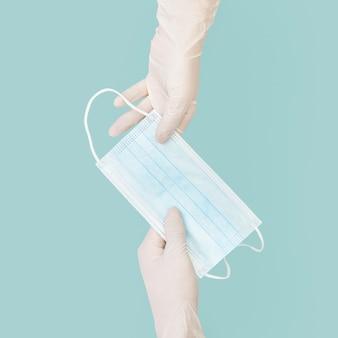 Mascherina per la consegna delle mani prevenzione covid-19