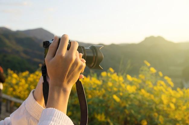 손을 잡고 태양 빛으로 카메라 촬영 풍경.