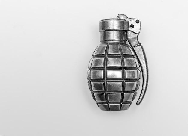 白い背景で隔離の手榴弾