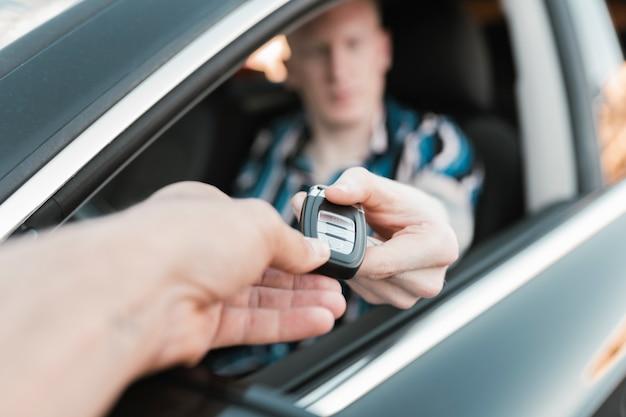 운전사에게 자동차 키를 건네주는 손, 자동차 구매 개념