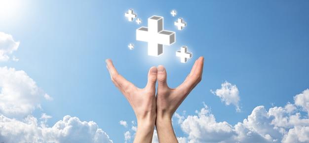 Рука держит значок 3d плюс, человек, держащий руку, предлагает положительные вещи, такие как прибыль, преимущества, развитие, корпоративная социальная ответственность, представленная знаком плюс. рука показывает знак плюса.