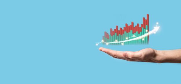 화면 성장 그래프에 손을 잡고 그리기, 긍정적인 성장 아이콘의 화살표. 크리에이티브 차트를 가리키는 화살표