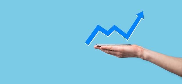 화면 성장 그래프에 손을 잡고 그리기, 긍정적인 성장 아이콘의 화살표. 크리에이티브에서 가리키는