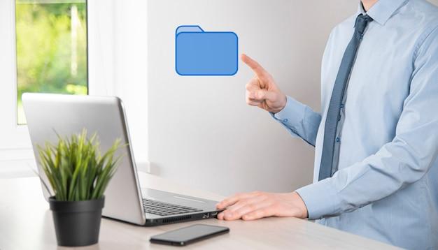 손 잡고 폴더 아이콘입니다. it 컨설턴트가 최신 컴퓨터를 사용하여 설정한 문서 관리 시스템 또는 dms가 관리 정보 및 회사 파일을 검색하고 있습니다.비즈니스 처리