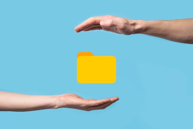 Значок папки удержания руки. система управления документами или установка dms ит-консультантом с современным компьютером ищут управляющую информацию и корпоративные файлы. обработка бизнеса.