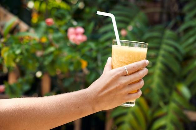 Рука держите здоровый ананас коктейль коктейль. детокс сок