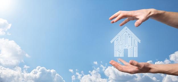 손을 잡고 집 아이콘 스마트 홈 제어, 지능형 집 및 홈 자동화 앱 개념 pcb 디자인과 스마트 폰을 가진 사람. 혁신 기술 인터넷 네트워크 개념.