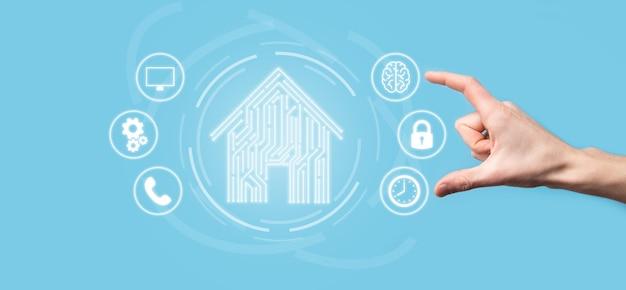 Значок дома держать руку. умный дом, управляемый, умный дом и концепция приложения домашней автоматизации. дизайн печатной платы и человек со смартфоном. концепция сети интернет инновационных технологий.