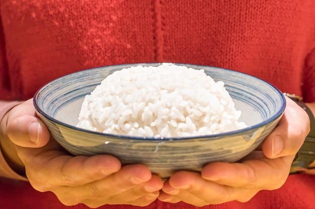 손을 잡고 그릇에 일본 끓인 쌀을 닫습니다, 음식 및 음료