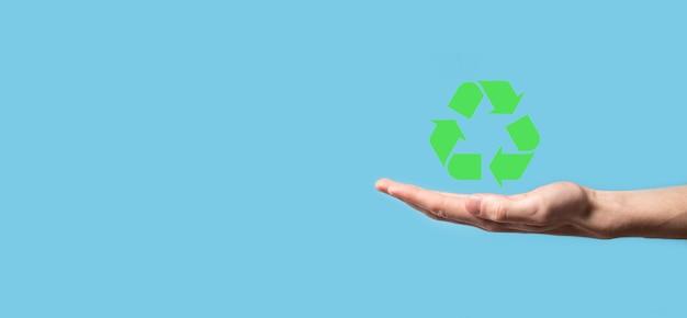 손을 잡고 재활용 Icon.ecology 및 신 재생 에너지 Concept.eco 기호, 개념 저장 녹색 행성입니다. 환경 보호의 상징. 폐기물 재활용. 지구의 날, 자연 보호의 개념의 상징. 프리미엄 사진