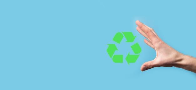 손을 잡고 재활용 아이콘입니다. 생태 및 재생 에너지 개념입니다. 에코 기호, 개념 저장 녹색 행성입니다. 환경 보호의 상징입니다. 폐기물 재활용입니다. 지구의 날의 상징, 자연 보호의 개념입니다.