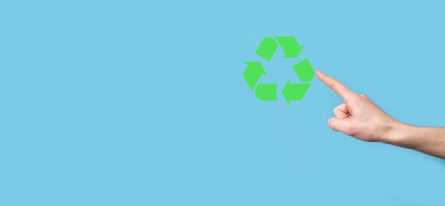 손을 잡고 재활용 아이콘입니다. 생태 및 재생 에너지 개념입니다. 에코 기호, 개념 저장 녹색 행성입니다. 환경 보호의 상징입니다. 폐기물 재활용. 지구의 날의 상징, 자연 보호의 개념