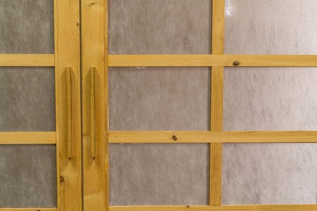일본 스타일의 나무 문에 있는 손 홀더 또는 오프너