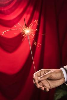 燃える線香花火の爆発を持っている手
