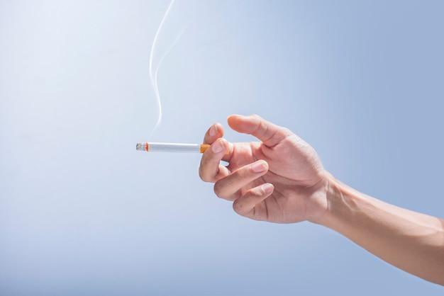 タバコを持っている手