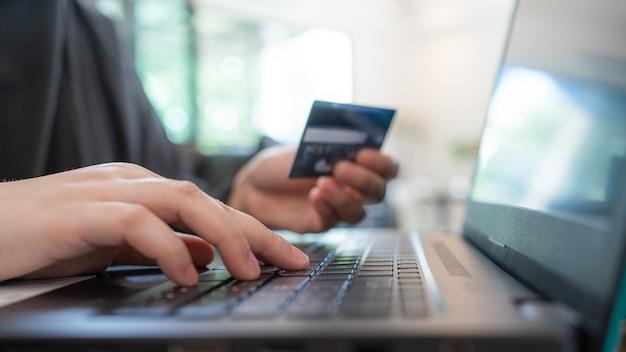 Рука, держащая кредитную карту для электронной коммерции