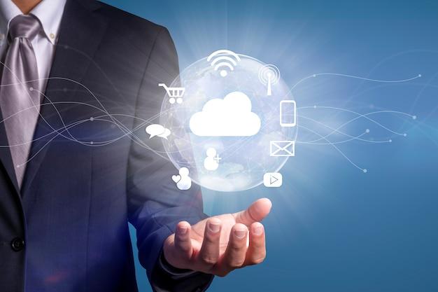 스마트 서비스 아이콘과 사물 인터넷 무선 네트워크가 있는 디지털 세계를 손에 들고