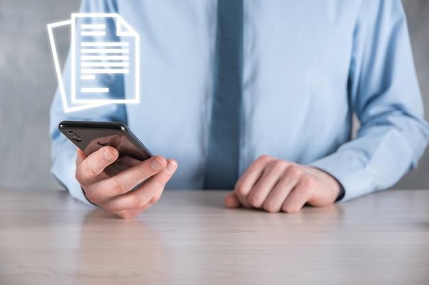 그의 손에 문서 아이콘을 들고 손 문서 관리 데이터 시스템 비즈니스 인터넷 기술 개념입니다. 기업 데이터 관리 시스템 dms.