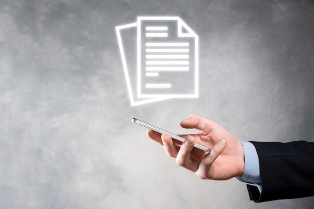 彼の手でドキュメントアイコンを持っている手ドキュメント管理データシステムビジネスインターネット技術の概念。企業データ管理システムdms。