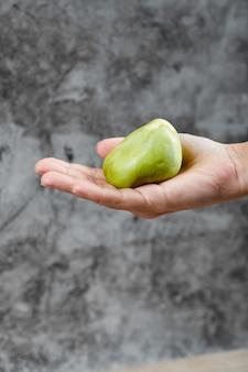 대리석에 무화과를 들고 손입니다.