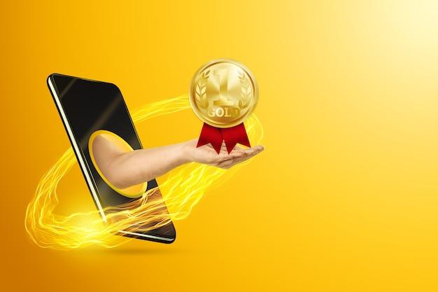 Рука держит золотую медаль через смартфон