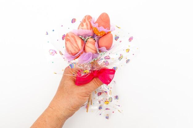 Рука держит домашний букет клубники с шоколадной глазурью