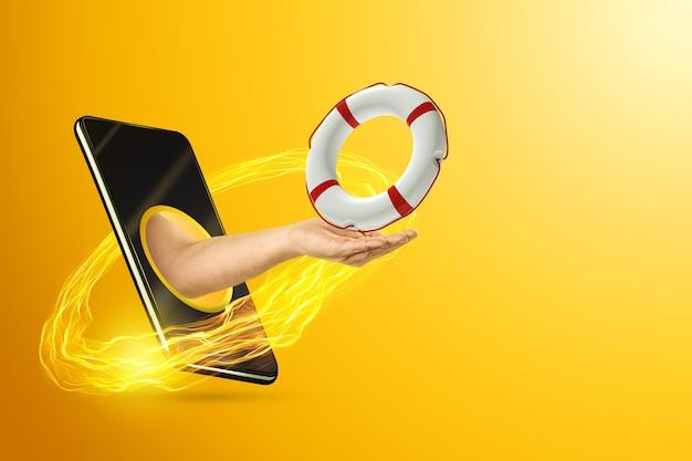 Рука держит спасательный круг через смартфон