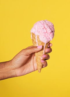 녹는 아이스크림을 들고 있는 손