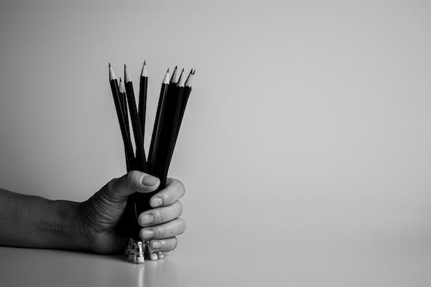 책상에 연필을 들고 손입니다. 아이디어와 작가 개념.