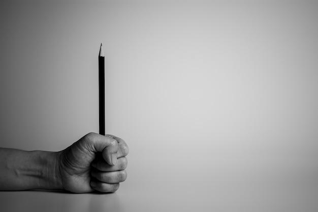 책상에 연필을 들고 손입니다.