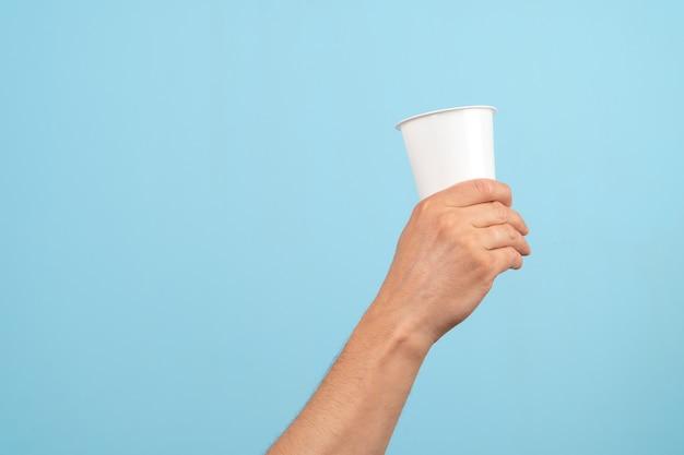 プラスチックガラスを持っている手