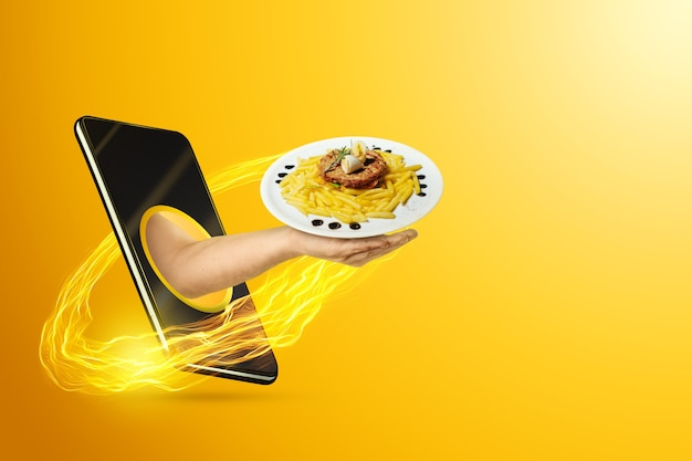 Рука держит тарелку через смартфон