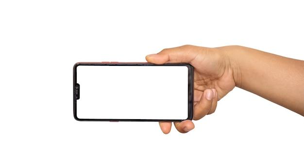 画面を持つスマートフォンを持っている手。携帯電話は白い背景に分離されます。