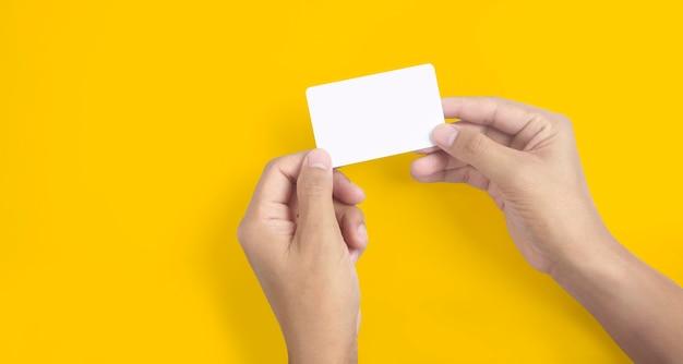 仮想カードを持っている手