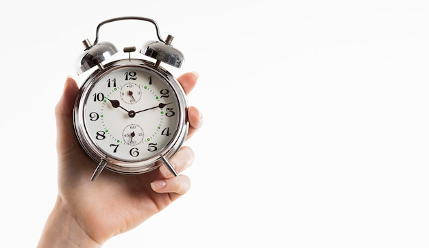 コピースペース付き目覚まし時計を持っている手