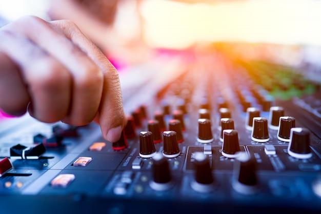 ハンド保持と制御コンソールのコンサート用の音楽のミキシング Premium写真